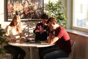 Tre elever studerar