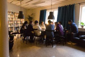 Elever runt ett bord